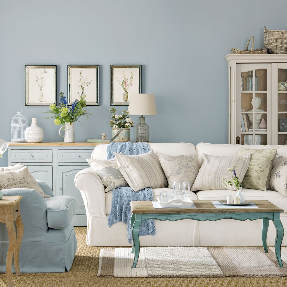 Salon shabby chic avec des touches de bleu.  Source: idealhome.co.uk