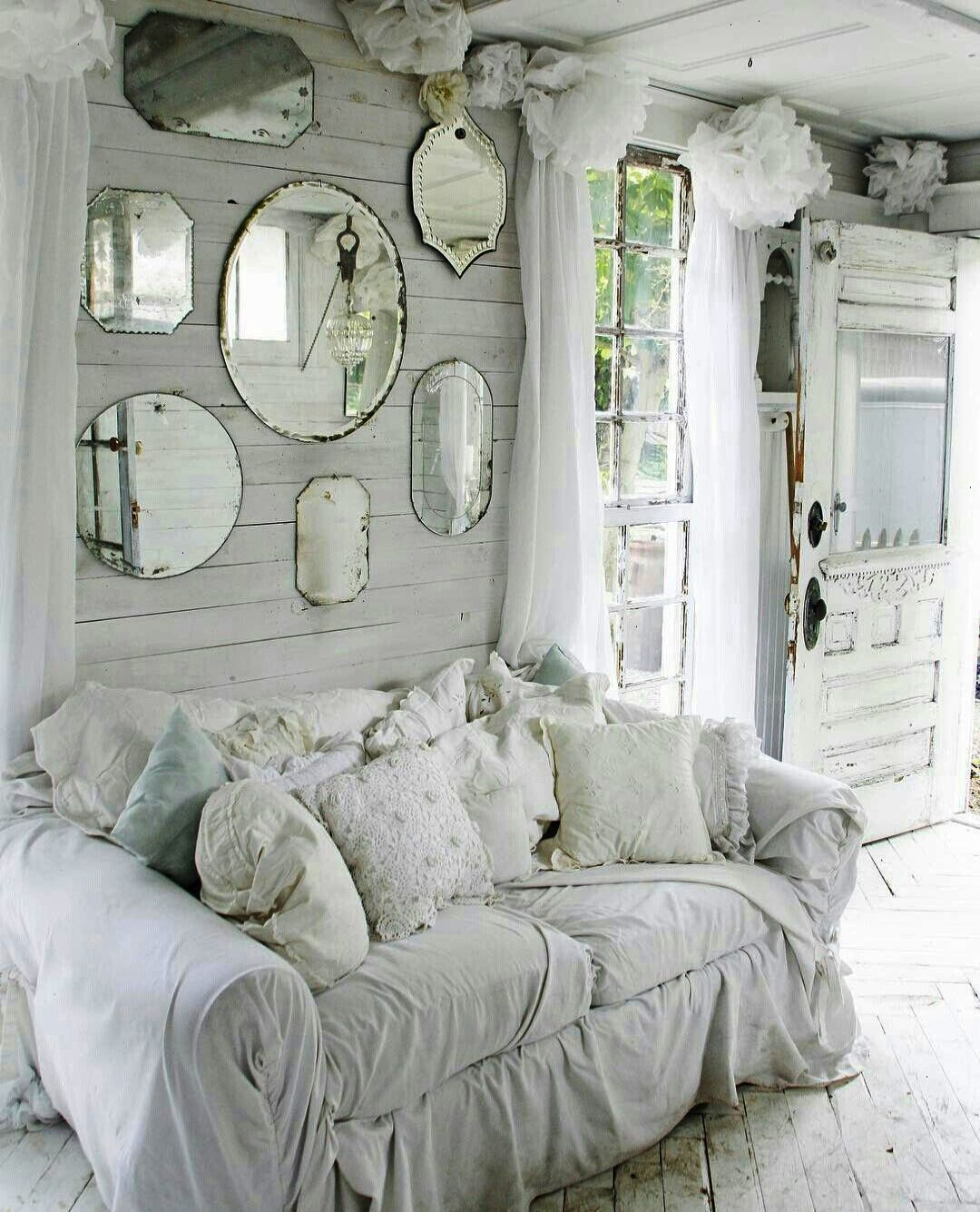 Véritable salon shabby chic.  Source: Pinterest
