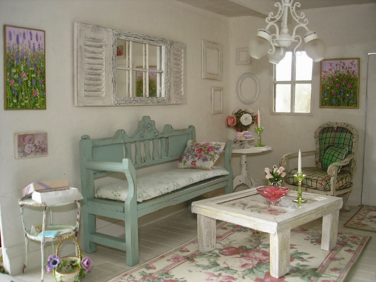 Salon shabby chic inspiré du porche.  Source: backtobasicliving.com
